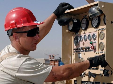 Handschuhe und Helm sind in vielen Berufen Pflicht